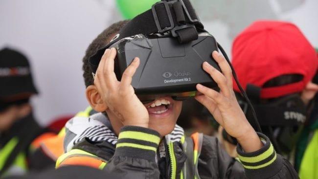 BAUMA Kind testet Oculus