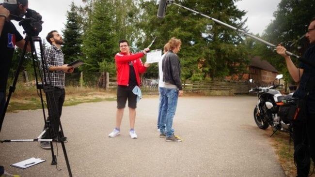 Kameraassistent Nico Lenke schlägt die Filmklappe