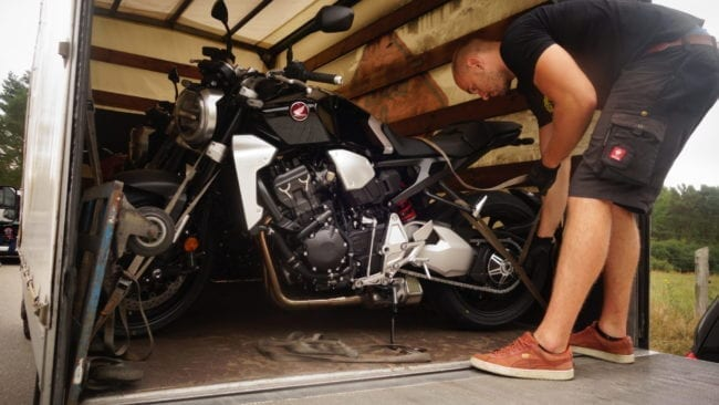 4 Honda CB1000R Neo Sports Café werden verladen