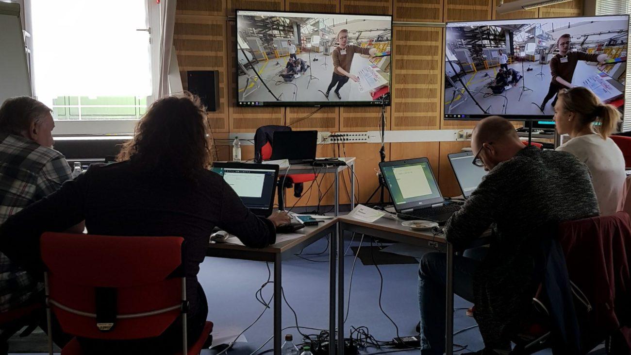 Die Workshopteilnehmer stitchen selbst gedrehtes 360°-Footage